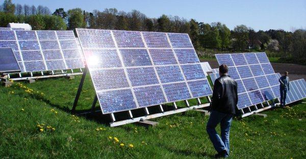Stopp pengeflommen til det globale nettverket av petro-tyranner og karbon-baroner. Desenraliser energi-kildene! Over til sola -- nå! Foto: Å. Bjørke)