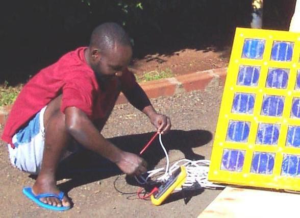 En lærling bruker et multimeter for å måle effekten i et solpanel. Nango solar, Kisumu, Kenya. Photo: B. Cameron
